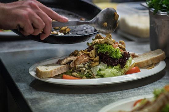 Salat mit Putenbrust und Champignons